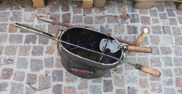 gli strumenti fondamentali per l'estrazione della trementina dalla pianta