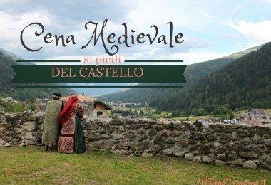 due figuranti che partecipavano alla cena si affacciano dalle vissute mura del Castello per ammirare lo scorcio sulla Vallata