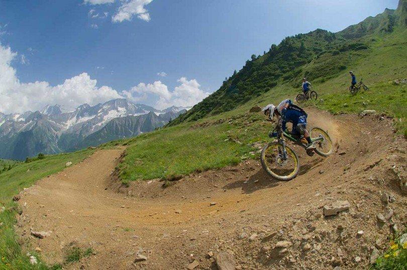 la squadra italiana di downhill sul tracciato del bike park, asseconda una parabolica