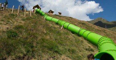 lunghi tubi verdi nei quali scivolare divertendosi come i matti al villaggio delle marmotte al passo del tonale